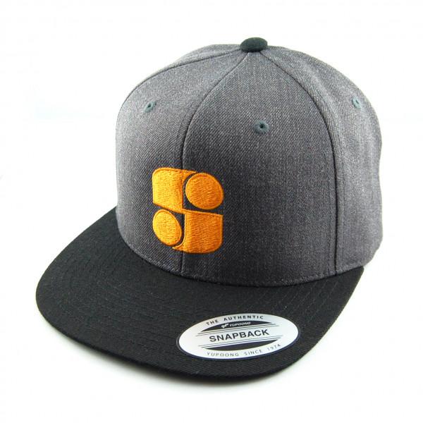 Graue Basecap mit orangem Logo