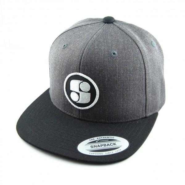 Graue Basecap mit weissem Logo